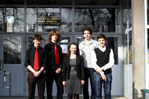 Učenici s mentoricom ispred škole velika
